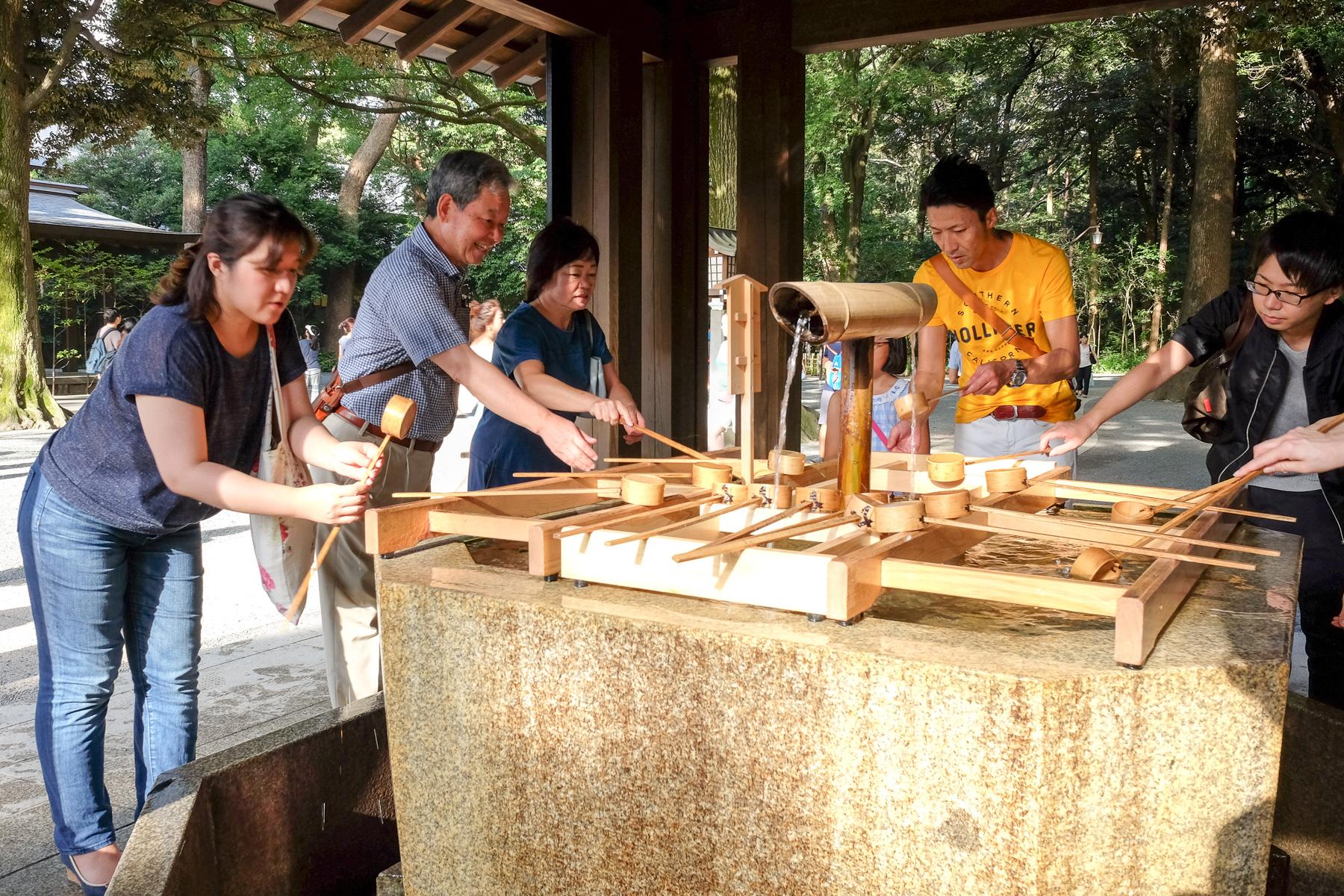 Am Schreineingang befindet sich ein Reinigungsbecken (*chozuya*), wo man mit einer Schöpfkelle (*hishaku*) Wasser aus dem Becken entnimmt und sich die Hände wäscht und den Mund ausspült.