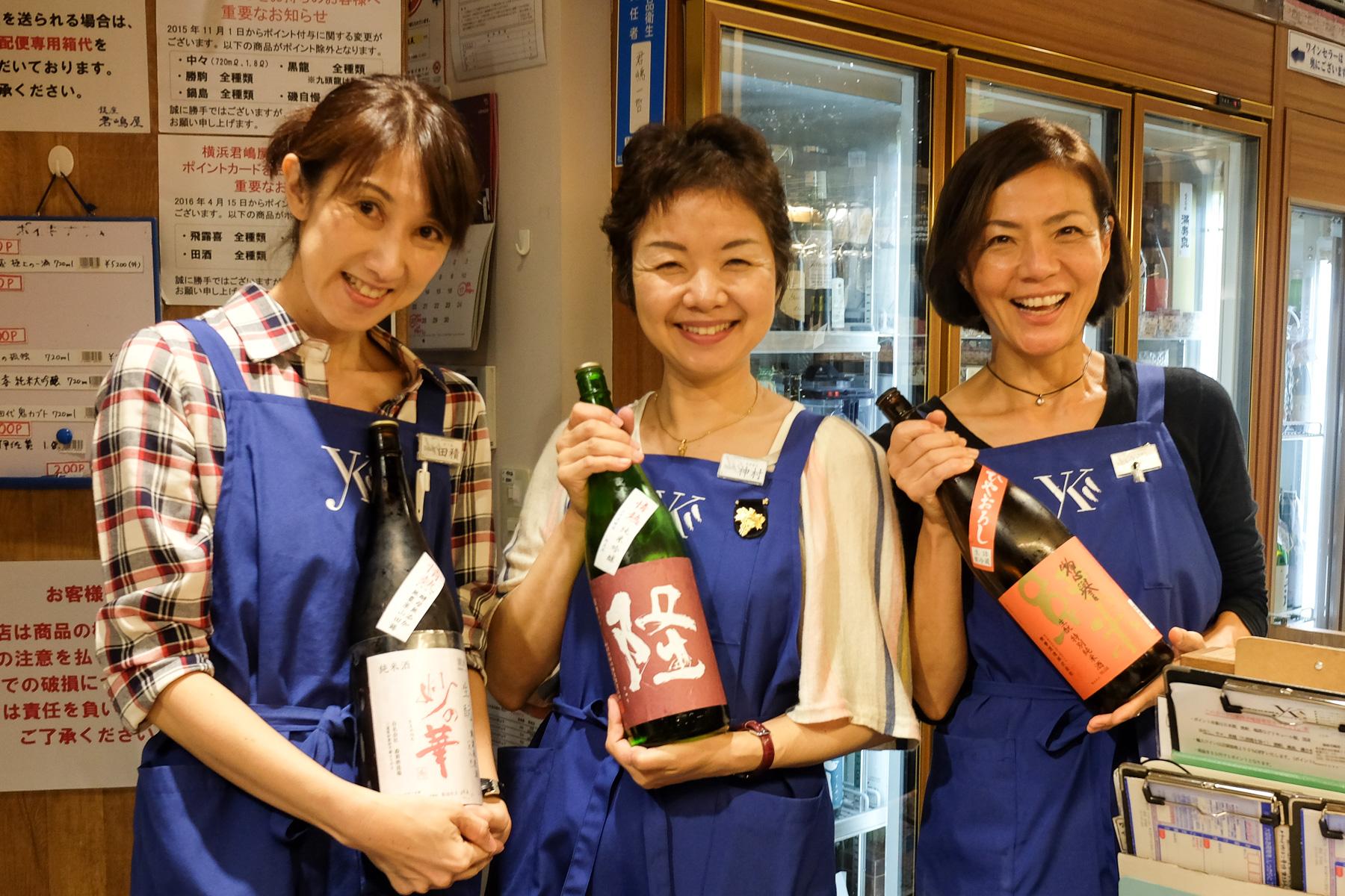 Die Verkäuferinnen in dem Sake-Laden.