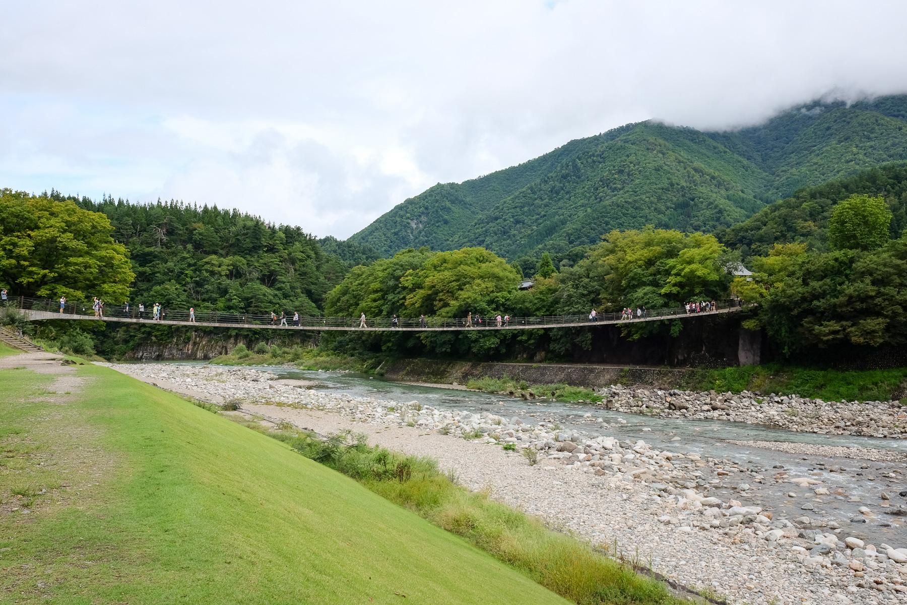 Die Brücke nach Shirakawa-go.