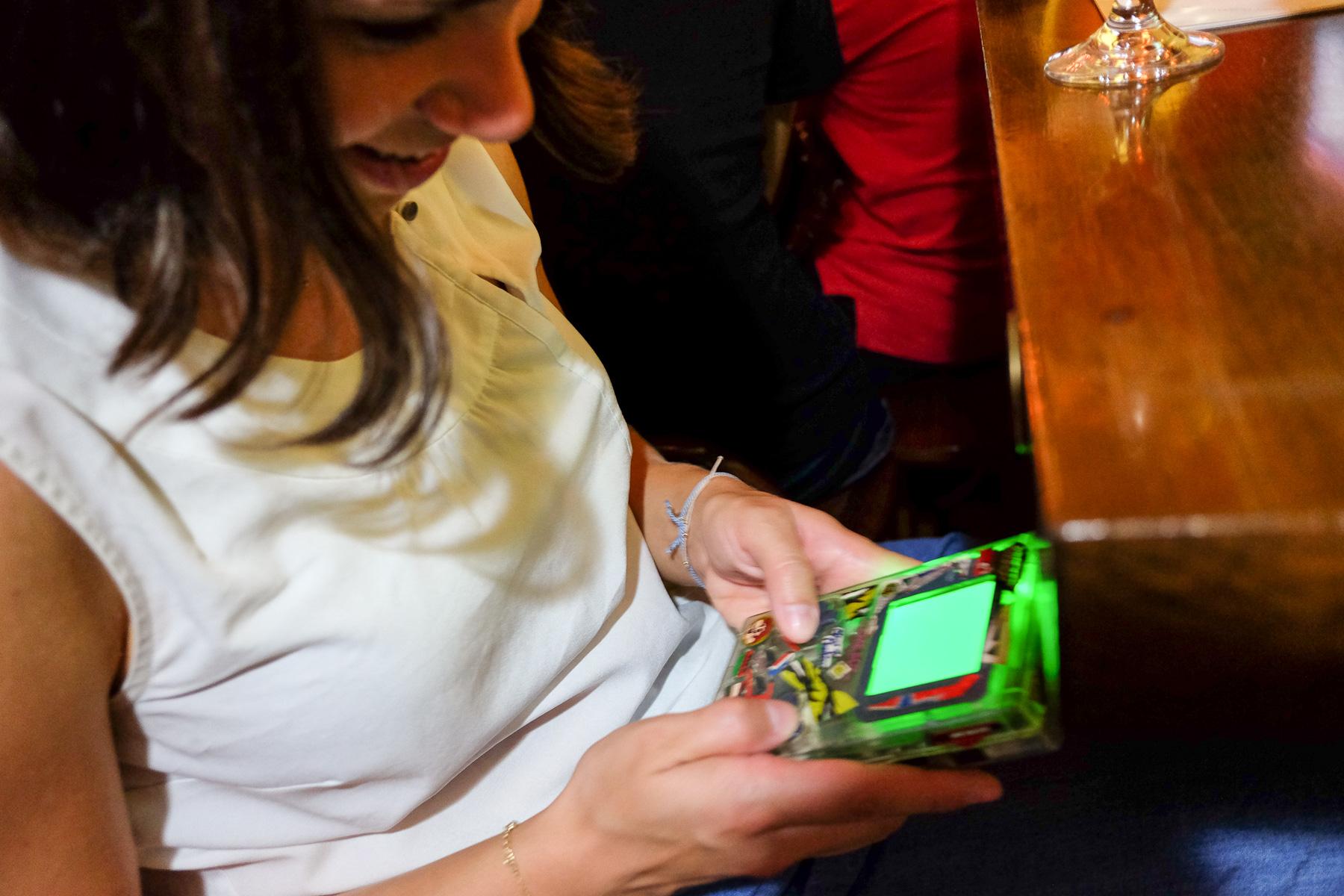 Man konnte manche Gäste beim Game Boy spielen beobachten.