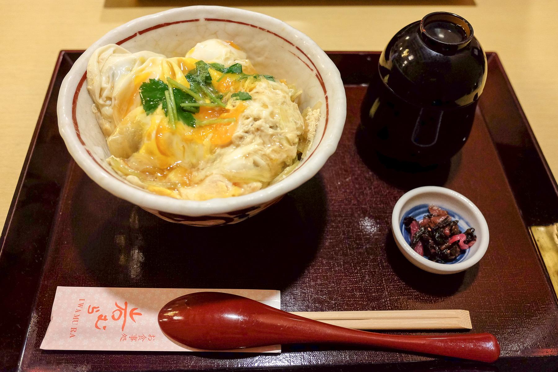 Reis mit frittierten Austern und Ei.